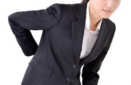 腰痛の女性  座り姿勢 S字カーブ